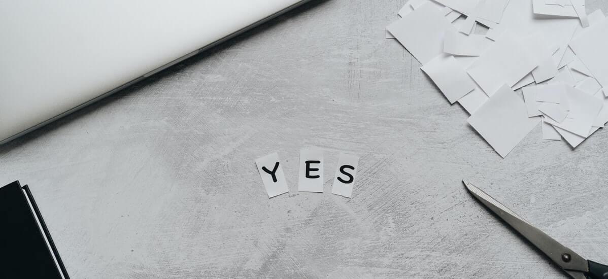 Bokstäverna yes på ett bord - ja till låneansökan