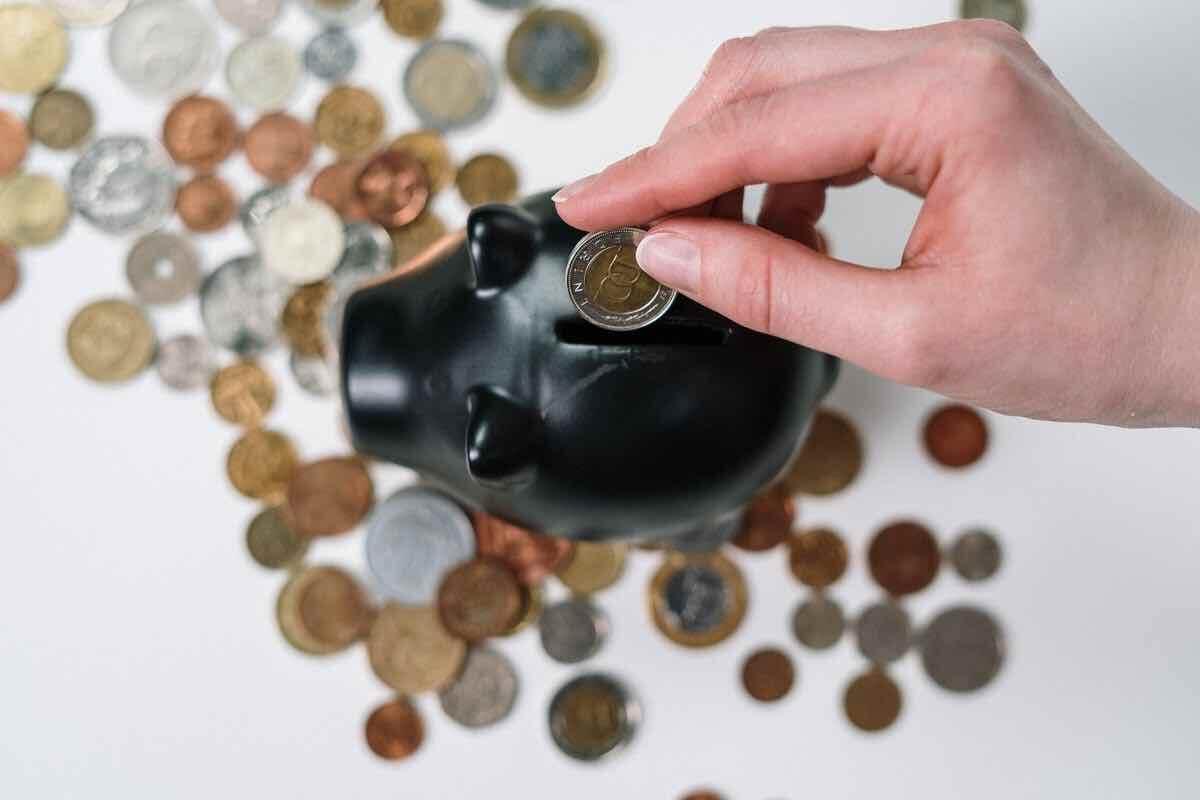 Spargris med mynt - pengar över efter att ha samlat lån