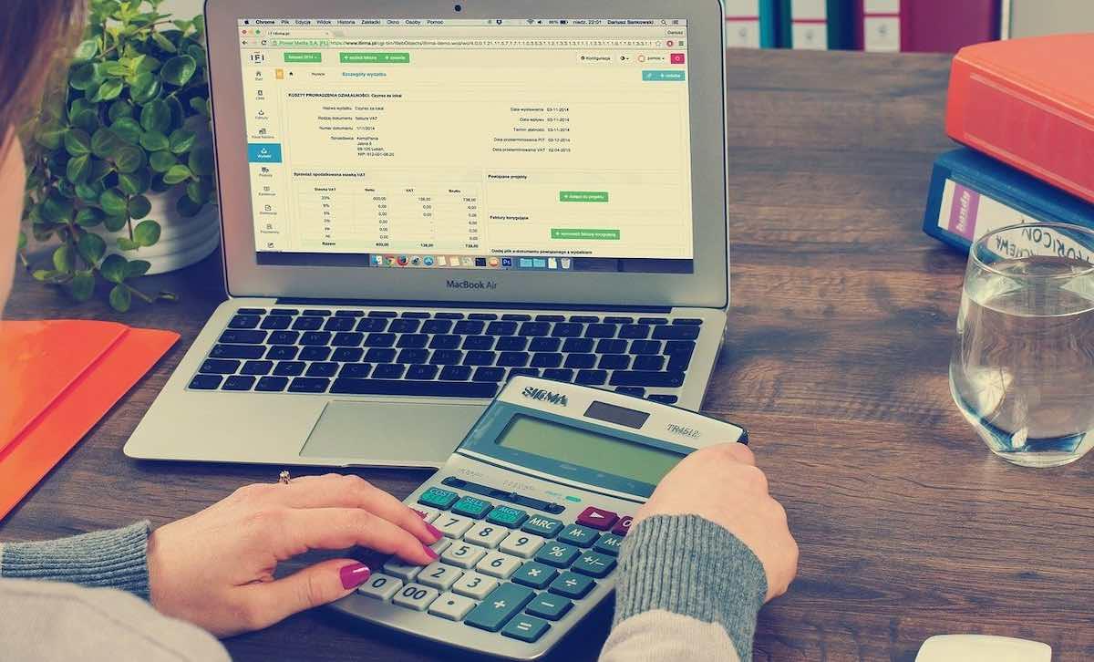 Dator med låneansökan och kalkylator